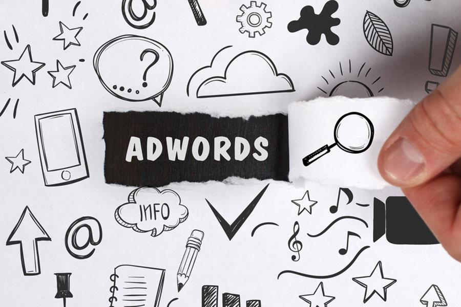Gli annunci AdWords furono introdotti nel 2000 e da allora hanno subito molte variazioni estetiche che li hanno resi simili ai risultati tradizionali.