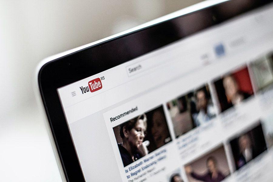 Per ciascun video caricato su YouTube è possibile inserire informazioni e settare impostazioni, tra queste ultime c'è la visibilità.